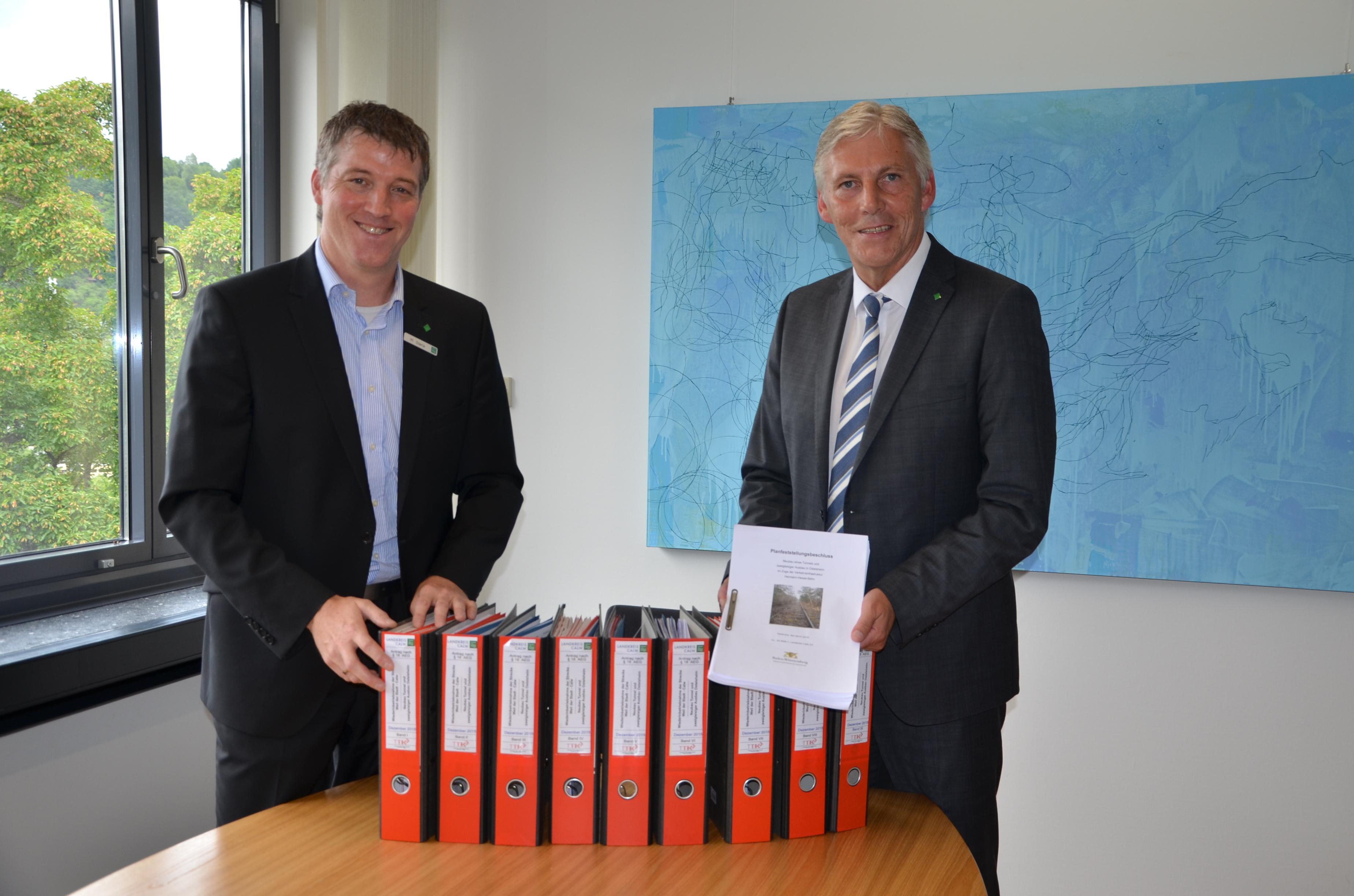 Michael Stierle (links), zuständiger Abteilungsleiter für das Schienenprojekt und Landrat Helmut Riegger (rechts) freuen sich über den Planfeststellungsbeschluss.